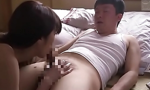 Japanse stiefmoeder geneukt zoon terwijl echtgenoot ziek is (Zie meer: tinyurl.com/y8tc2rrz)