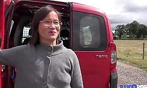 Milf asiatique enculée à l'_arrière de la camionette [Full Video]